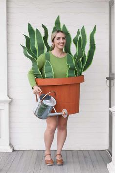 Succulents are everywhere, so why not make them the inspiration for your costume this year? Click through to get the tutorial for the House Plant costume and to see more easy, last-minute Halloween costumes! Halloween Outfits, Amazing Halloween Costumes, Halloween School Treats, Halloween Party Supplies, Last Minute Halloween Costumes, Theme Halloween, Cute Costumes, Halloween Crafts, Group Costumes