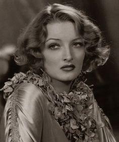 Gwili Andre, de son vrai nom Gurli Andresen, naquit le 4 février 1908 à Capenhagen, au Danemark. En 1929, elle devint l'épouse de l'agent immobilier Stanislaw Mlotkowki jusqu'en 1935. En 1932, elle partit s'installer à Hollywood, aux États-Unis, dans l'intention de devenir actrice. La même année, elle signa un contrat avec la RKO Studio et débuta sa carrière au cinéma dans les films «Roar of the dragon» et «Secrets of the french police».