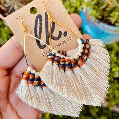 Diy Macrame Earrings, Macrame Jewelry, Diy Earrings, Macrame Plant Hanger Patterns, Macrame Patterns, Earring Crafts, Jewelry Crafts, Crochet Earrings Pattern, Macrame Design