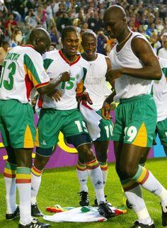 Copa de 2002 - Senegal faz festa com o gol de Diop (dir.) durante inesperada vitória sobre a França