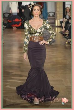 Canastero a juego con camisa de escote uve de Jonathan Sanchez Event Dresses, Dance Dresses, Sexy Dresses, Fashion Dresses, 60s And 70s Fashion, Spanish Fashion, Flamenco Costume, Costume Dress, Beautiful Gowns