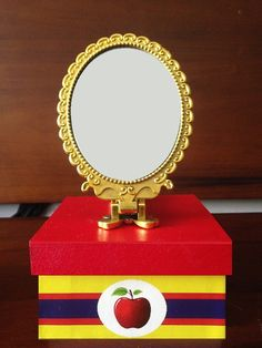 Caixa e porta-lápis em mdf  Caixa e Porta-lápis com Personagem R$ 13,50  Caixa com coroa R$ 14,50  Caixa com espelho R$ 16,50    O Espelho vira um espelho de mão !