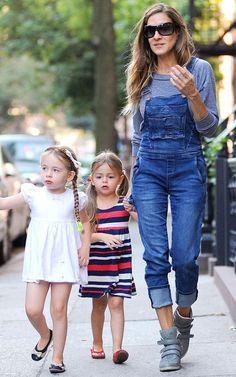 Sarah Jessica Parker usa jardineira jeans
