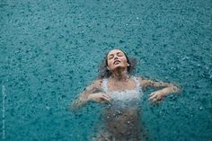 woman in a pool swimming in the rain by Jessica Lia - Stocksy United Summer Aesthetic, Aesthetic Photo, Aesthetic Pictures, Beach Portraits, Creative Portraits, Pool Fotografie, Pool Photography, Water Shoot, Under The Rain