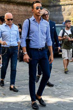 細ピッチのストライプシャツとスリムフィットのネイビーパンツでシャープにまとめたキレイめコーデ Formal Men Outfit, Casual Wear For Men, Casual Suit, Moda Casual, Gentleman Style, Gentleman Fashion, Business Casual Outfits, Stylish Men, Menswear