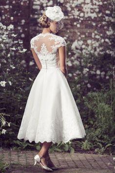 au mollet mancherons avec manches dentelle avec applications courte queen annne neck robe de mariée