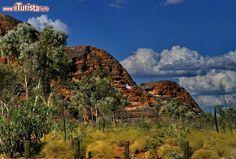 Una finestra tra le rocce dei Bungle Bungle Australia. ...
