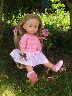 Depuis hier mes petites parisiennes sont à la maison.. Julie est arrivée avec sa poupée Camille danseuse.. Sa soeur est plutot barbie !!! cette danseuse est venue se reposer..et apprécie le jardin..les fleurs..la petite chaise au soleil de Bretagne.....