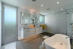 Une des quatre salles de bains de cette maison neuve