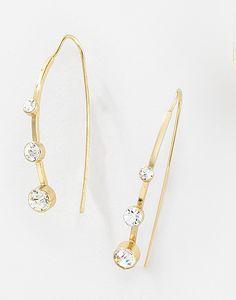 21833416ac25 Con diseño minimalista atraerás las miradas con estos aretes largos  elaborados en 4 baños de oro de 18 kt con piedras de cristal. Modelo  116125
