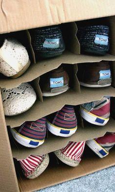 trucos-organizar-armarios-12...Recicla los separadores que hay en las cajas de vino y úsalo para guardar tu calzado