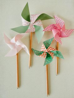 diy pencil & paper pinwheels ‹ Living the Swell Life Crafts For Kids, Arts And Crafts, Diy Crafts, Diy Paper, Paper Crafting, Diy Spinning Wheel, Décoration Baby Shower, Paper Windmill, Diy Pinwheel