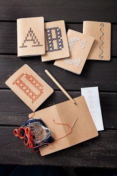 Sticken auf Papier  Notizbücher sind immer praktisch für unterwegs. Umso besser, wenn ihr sie mit Stickgarn und wenigen Stichen personalisieren und auch noch verzieren könnt. Ein schönes Projekt für einen kreativen Februarnachmittag!