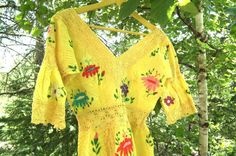 Vintage Mexican yellow embroidered & lace flower power maxi dress • 70's Hippie, boho-chic • Size M • Too romantic