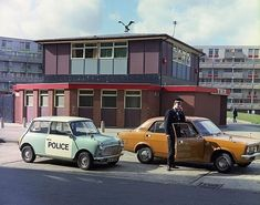 Police cars in Manchester, (via Greater Manchester Police) In front of The Eagle pub and the crescents of the demolished Hulme Estate Manchester Street, Manchester Police, Manchester Central, Manchester England, Police Radio, Police Box, Police Officer, British Police Cars, Morris Marina
