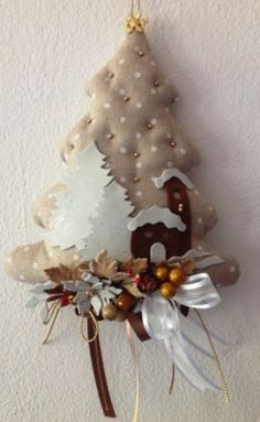Fuoriporta Natalizio In Stoffa Christmas Tree Design, Christmas Tree Inspiration, Felt Christmas Ornaments, Christmas Makes, Christmas Tree Decorations, Christmas Holidays, Christmas Wreaths, Christmas Crafts, Christmas Wonderland