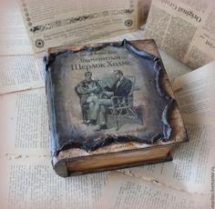 Купить или заказать Шкатулка-книга 'Шерлок Холмс' в интернет-магазине на Ярмарке Мастеров. Шкатулка книга с имитацией старого кожаного переплета и страниц. Вместительная и практичная, размер18*18*8 см. Оригинальный подарок для мужчины или женщины . В работе использована заготовка из массива сосны, очень благодатный материал, сосна дерево спокойствия и высоты духа. Внутри шкатулочка выложена фетром, цвета горький шоколад. Если Вам понравились мои работы, подписывайтесь на м…