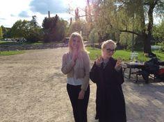 Riina ja Mari katsomassa mölkkyfinaalia