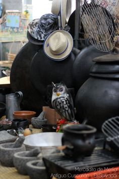 El tecolote y las ollas de barro. Mercadito de Antiguo Cuscatlán - El Salvador