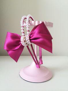 Tiara de luxo bordada.    Este mesmo modelo pode ser feito em faixinha de meia de seda fina ou grossa, Faixinha de renda ou na Tiara.  ***FAÇO EM QUAL QUER COR CONTATE A LOJA***