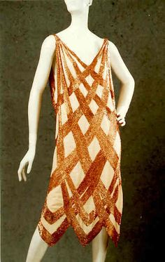 The latest tips and news on Madeleine Vionnet are on 100 Years of Fashion. On 100 Years of Fashion you will find everything you need on Madeleine Vionnet. 20s Fashion, Fashion Moda, Art Deco Fashion, Fashion History, Vintage Fashion, Fashion Dresses, Victorian Fashion, Fashion Ideas, Paul Poiret