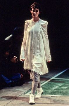 See the complete Comme des Garçons Fall 1994 Ready-to-Wear collection.
