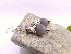 Boucles d'oreilles en perles d'agate grise naturelle et quartz rose, bijoux gris en perles naturelles, boucles d'oreilles créateur : Boucles d'oreille par lapassiondisabelle