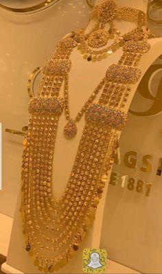 Chanel Fine Jewelry, Dubai Gold Jewelry, Gold Jewelry Simple, Women's Jewelry, Gold Bangles Design, Gold Earrings Designs, Gold Jewellery Design, Handmade Jewellery, Indian Wedding Jewelry