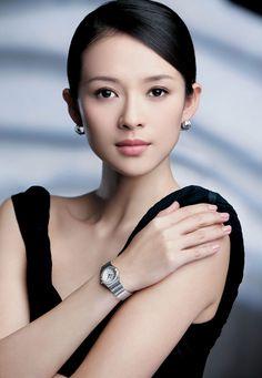 Short biography of Zhang Ziyi. Zhang Ziyi, sometimes credited as Ziyi Zhang, is a Chinese actress and model. She is considered one o Geisha, Beautiful Asian Women, Beautiful People, Beauty Secrets, Beauty Hacks, Zhang Ziyi, Tilda Swinton, Tips Belleza, Wedding Makeup