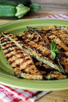 Zucchine grigliate con panatura sfiziosa | ricette con zucchine Vegan Recipes, Cooking Recipes, Sicilian Recipes, I Love Food, Healthy Cooking, My Favorite Food, Soul Food, Vegetable Recipes, Food Porn