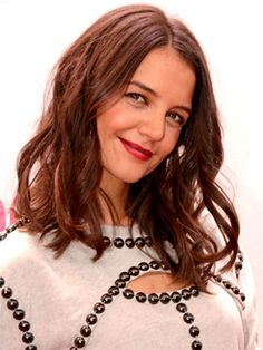 This weekend Miley Cyrus twerked at the Jingle Ball in New York City. In red sequins. With Santa Claus. But that didn't thrill us as much as this: Katie Holmes's shoulder-grazing haircut in a rich chocolate shade. Wavy Haircuts, Curled Hairstyles, Cool Hairstyles, Katie Holmes, Beauty News, Beauty Trends, Curls For Medium Length Hair, Ribbon Curls, Celebrity Gallery