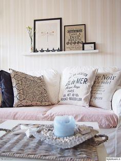 """""""Muusa""""n olohuoneessa riittää herkkiä yksityiskohtia.  #styleroom #inspiroivakoti #olohuone #sisustustyyny Decor, Living Room, Furniture, Throw Pillows, Home Decor, Bed, Pillows, Couch"""