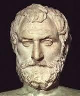 """Tales de Mileto 624-546 a.C. Este antiguo sabio griego fue un observador de la Osa Menor e instruyó a los marinos para guiarse por esta constelación. Concibió la redondez de la luna y también teorizó que la Tierra era una esfera cubierta por una superficie redonda que giraba alrededor de esta (así explicaba la noche) y que tenía algunos agujeros por los cuales se observaba, aún en la oscuridad nocturna, un poco de la luz exterior a la tierra; la que él llamo """"fuego eterno."""