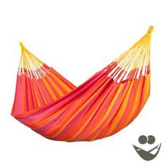 Hangmat Sonrisa Mandarine is een Colombiaanse 2 persoons hangmat van La Siesta. De hangmat Sonrisa Mandarine heeft gestreept patroon van oranje, gele, en fuchsia kleuren. De hangmat Sonrisa Mandarine, inclusief koorden, is gemaakt van Hamactex, een sneldrogend, kleurvast en toch zacht materiaal. Geniet meerdere jaren van een kleurvaste hangmat voor binnen en buiten