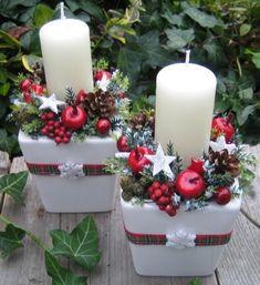 Svícny se sn?hovými vlo?kami..2 Adventní svícínky v keramických obalech jsem doplnila váno?ními dopl?ky, šiškami, um?lou zelení a stužkou. Ší?ka je cca 10cm a výška cca 16-17cm - m??eno s nazdobením. Velmi trvanlivá váno?ní dekorace, zele? je um?lá. Ve sv (Christmas Snow)