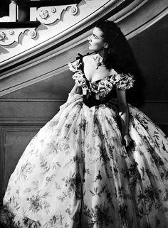 Для Вивьен Ли сшили 31 платье. У актрисы была очень тонкая талия и стройные ноги и небольшая грудь. Поэтому к платью пришивали кружева и воланы, за пазуху накладывали вату