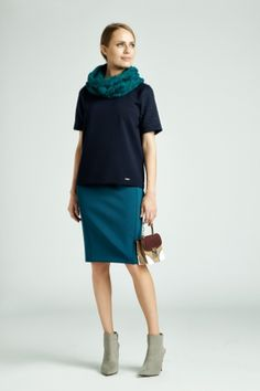 W weekend warto wrzucić na luz i otulić się miękką dzianiną. Prosta forma i odpowiednio dobrany materiał powodują, że jednocześnie możemy wyglądać elegancko i czuć się błogo. #QSQ #fashion #inspirations #outfit #ootd #look #fall #autumn #blue #navy #casual #weekend #dress #cozy #cowl #skirt #bag #accent