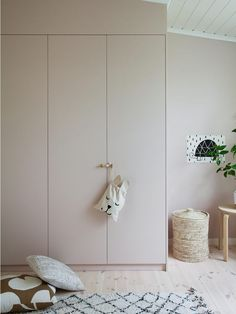 Such a perfect DIY of Ikea Pax closets. Closet Built Ins, Built In Wardrobe, Painted Wardrobe, Pink Wardrobe, Wardrobe Storage, Wardrobe Doors, Bedroom Wardrobe, Closet Ikea, Room Closet