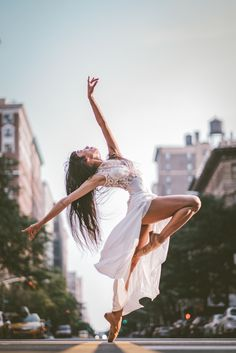 dance picture poses Omar Robles: Photographing Dancers in the Streets of NYC Dance Picture Poses, Dance Photo Shoot, Poses Photo, Dance Poses, Dance Pictures, Dance Photoshoot Ideas, Ballet Pictures, Ballerina Photography, Dance Photography Poses