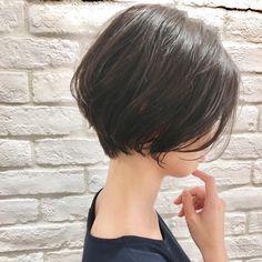 ウエイト低めの やや前下がりで 前髪長めが✨最近の僕のおススメです☺️ ・ 首が長く見えて、小顔に見える、スタイリング簡単なスタイルです☺︎✂︎? ・ ・ ご覧頂きありがとうございます? Ramie omotesando でスタイリストをやらせていただいてます山内大成です!✨ (表参道駅から徒歩10秒?です!) ・ hair.make(@ramie_tonsoku) ヘアだけでなくメイクアップもしているからこそトータルビューティーの目線でスタイルを作ります?☺️ ・ ******************* ・ 収まりが良く、簡単にスタイリングできる、乾かしただけでふわっとかわいい質感、束感が自然にできるヘアスタイル☺︎✂︎ 一人一人に似合ったスタイルを提案できますように丁寧にカウンセリング、施術、仕上げをさせていただきます✨ ・ 今まで叶わなかったヘアスタイルを提案、実現できるように全力で頑張ります(^-^)/ ・ ******************* ・ ・ ・ *毛量が多い *癖で広がる *収まりが悪い *小顔になりたい *美容院に迷ってる *スタイリングが難しい… Short Hair With Layers, Short Hair Cuts, Shot Hair Styles, Long Hair Styles, Short Bob Haircuts, Asian Hair, Girl Short Hair, Dream Hair, Balayage Hair