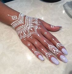 A henna tattoo or also know as temporary tattoos are a hot commodity right now. Somehow, people has considered the fact that henna designs are tattoos. Henna Tattoo Designs, Henna Tattoos, Mehndi Designs, Henna Tattoo Muster, Henna Ink, Et Tattoo, Henna Body Art, Mehndi Tattoo, Henna Mehndi