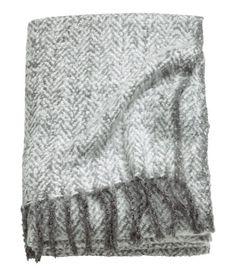 Sjekk ut dette! Et jacquardmønstret pledd i myk bouclékvalitet med fiskebensmønster. Pleddet har frynser i kortsidene.  - Besøk hm.com for å se mer.