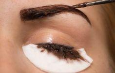 Non sono solo i capelli a diventare bianchi, ma anche le sopracciglia! Ecco come salvare la situazione coprendo le sopracciglia con peli bianchi!