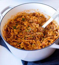 God och krämig tacopasta som du snabbt och enkelt lagar. Allt tillagas i en och samma kastrull, pastan ska inte förkokas eller silas, du slänger ner den direkt i såsen. Sen toppas det hela med massa ost… mmmm. Riktigt smarrigt! 6 portioner tacopasta 400 g pasta (gärna farfalle) 400 färs (kött- eller veggiefärs) 1 gul lök 1 påse tacokrydda eller 4-5 msk egenmixad tacorydda- recept HÄR! 400 krossad tomat 2 msk tomatpuré 150 g riven ost Ca 6-7 dl vatten Olja till stekning Salt & peppar Gör s...