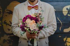 Nada como um traje estiloso para o noivo no casamento de dia, com gravata borboleta e blazer claro com textura. Além da foto inspiradora com o buquê.