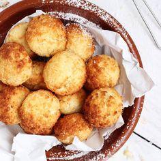 Są są są Wyczekany #przepis na najlepsze na świecie #kokosanki właśnie wylądował na blogu! 🥥🥥🥥 . 🥥Mokre 🥥Klejące 🥥Chrupiące z zewnątrz 🥥Wilgotne w środku 🥥KOKOSANKI idealne! . Potrzebujecie tylko ✔️ Masło ✔️ Cukier ✔️ Mleko ✔️ Kokos ✔️ Białka ✔️ Mąka ziemniaczana Wszystko macie? To do dzieła! . ➡️➡️ Przepis na blogu! ➡️➡️ Link BIO po inspiracje . #kokosanki_mmm_pycha #kokos #ciasteczka #ciasteczkakokosowe #ciastka #ciastko #cookies #coconut #coconutcookies #coconutcookie #przepisy… Pretzel Bites, Nutella, Bread, Cooking, Ethnic Recipes, Sweet, Food, Wordpress, Pizza