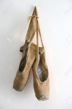 16418472-vieux-chaussons-de-danse-utilis-s-suspendus-au-mur.jpg (861×1300)