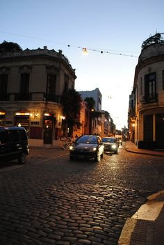 Atardecer en San Telmo: Balcarce y Estados Unidos, dos calles empedradas y edificios bajos, una postal típica de Buenos Aires  ( que linda es mi cuadra!!