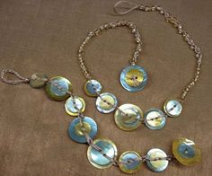 Button, Button - who's got the button necklace? Button Art, Button Crafts, Beaded Jewelry, Jewelry Bracelets, Handmade Jewelry, Bracelet Making, Jewelry Making, Bracelet Set, Button Necklace