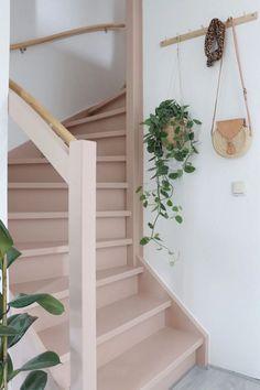 Make over: roze trap en deur in de kleur Skin Powder - Stijlinge - DIY Hallway Inspiration, Interior Inspiration, Decoration Cage Escalier, Painted Staircases, Painted Stairs, Entryway Stairs, Deco Rose, Boho Home, Staircase Design